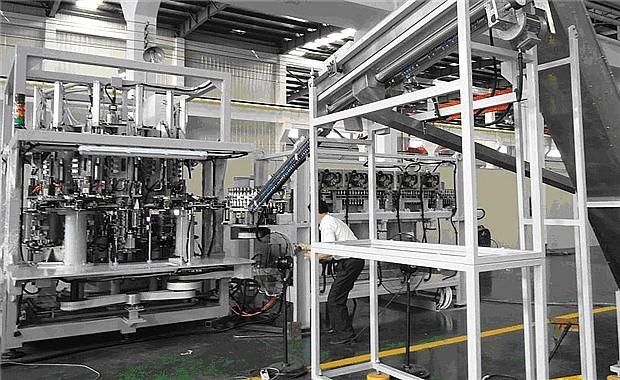 VD-R系列全自动旋转式吹瓶机是我公司采用国际最先进的制瓶技术开发研制的高速旋转式吹瓶机。本机具有自动化、智能化程度高,机器性能稳定可靠,生产效率高、成本低,产品不受中间环节污染等特点,广泛用于食品、饮料、化妆品、医药容器的生产。